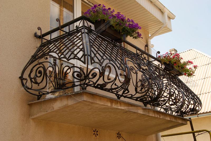 Выбор кованого балкона. Застывшая поэзия на вашем фасаде